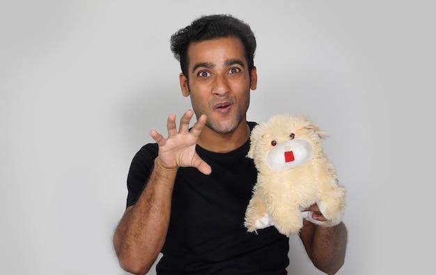 Человек, дающий счастливое выражение лица и имеющий игрушечную собаку