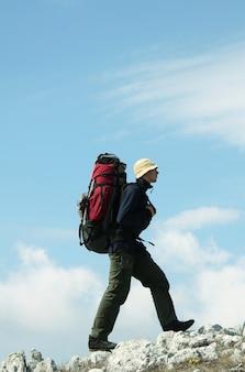Мужчина поднимается в горы