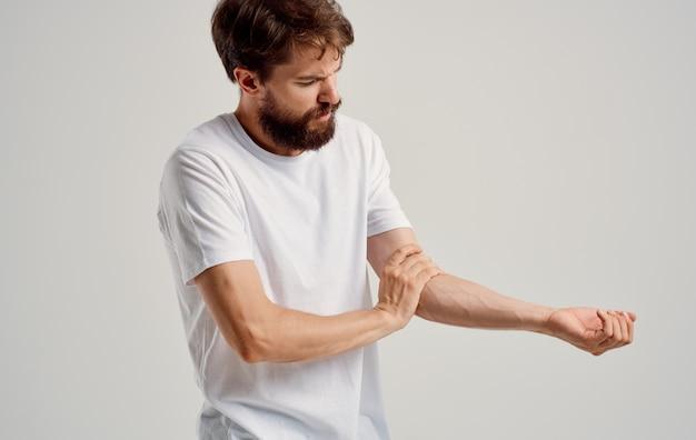 남자는 손 손목 팔꿈치 근육 위축에 통증이있다