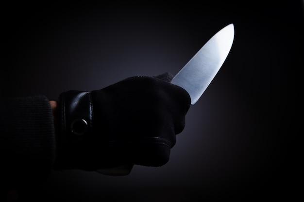 큰 칼을 든 남자가 위협