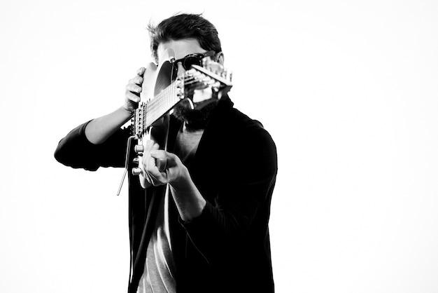 エレクトリックギターを握る男