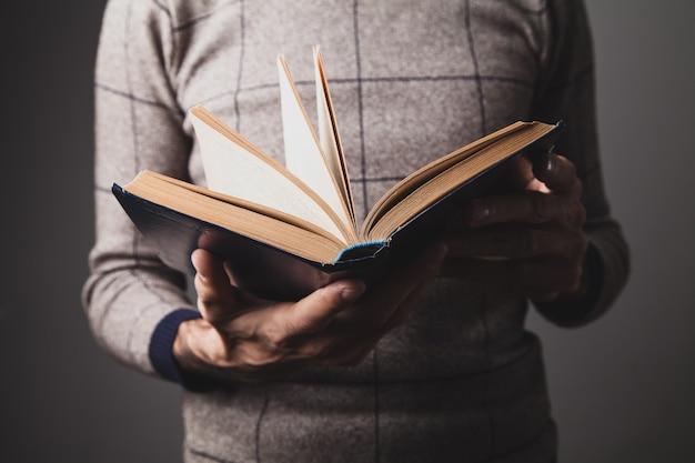 오래 된 책을 들고 남자