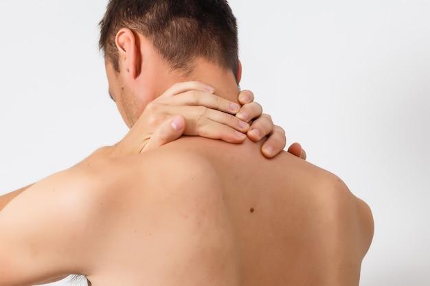 Мужчина держит травмированную шею, изолированную на белом фоне