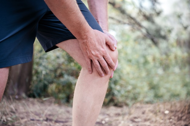 膝蓋大腿痛症候群を抱えている男性