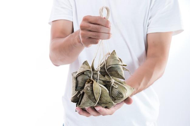 용선 축제를 위해 종즈, 쌀 만두를 들고있는 남자