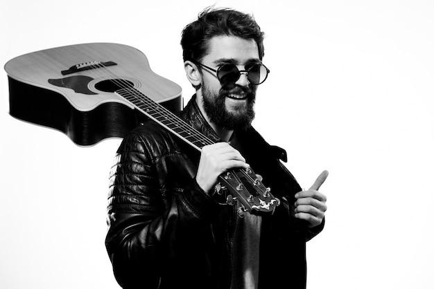 男は彼の手でギターを持っています