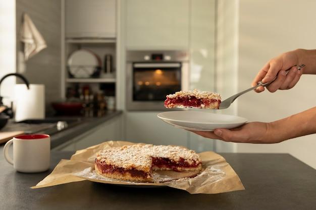 Мужчина держит в руках домашний сливовый пирог