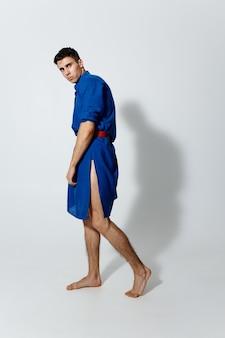 파란 드레스에 남자 밝은 배경 여성 의류 게이 모델에 트랜스 젠더