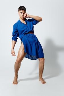 赤帯の青いドレスを着た男