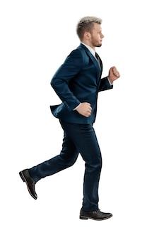 ビジネススーツを着た男、ビジネスマンが走っている