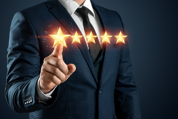 ビジネススーツを着た男性は5つ星の評価を与えます。格付け増加の概念、分類。閉じる。
