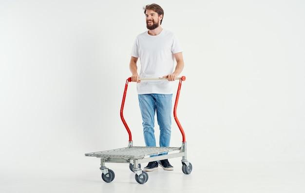 무거운 물건을 운반하는 가벼운 공간 슈퍼 히어로의화물 트롤리에있는 남자