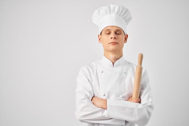 Человек в форме колокола повара в руках светлый фон профессиональной работы