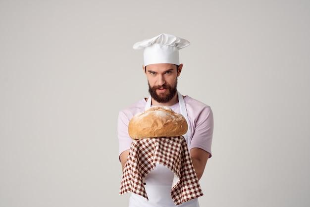 요리사 제복을 입은 남자 신선한 빵 요리 베이킹