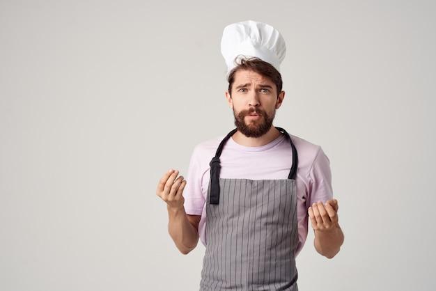 요리사 제복을 입은 남자가 손으로 전문 요리 산업을 몸짓