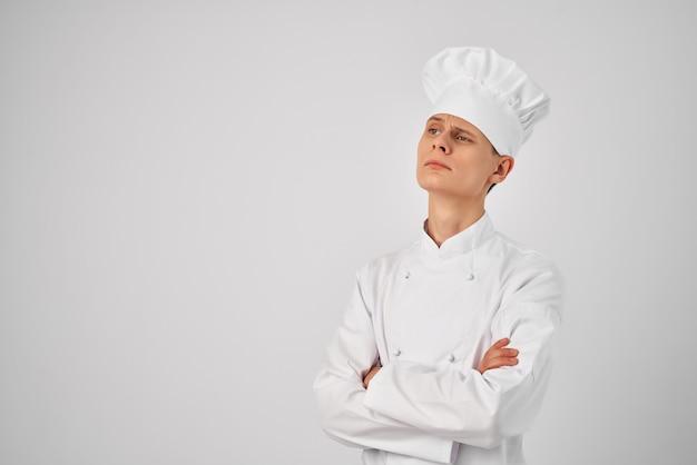 レストランでシェフの制服のプロの仕事をしている男性