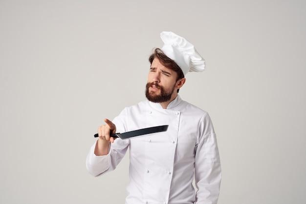 셰프 제복을 입은 남자 레스토랑 서비스 제공 요리 산업
