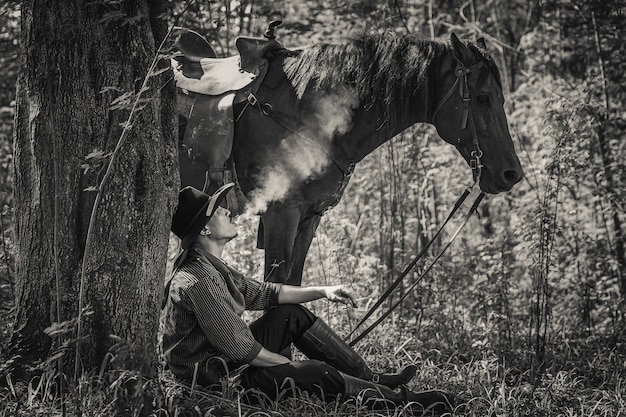彼の馬とカウボーイの服装の男