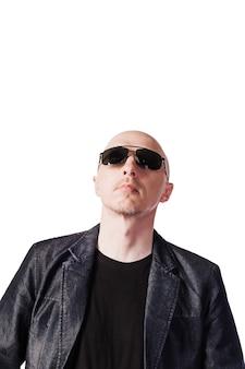 검은 안경을 쓴 데님 재킷을 입은 남자 유럽풍 외모의 중년 남자