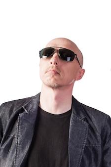 어두운 안경을 쓴 데님 재킷을 입은 남자