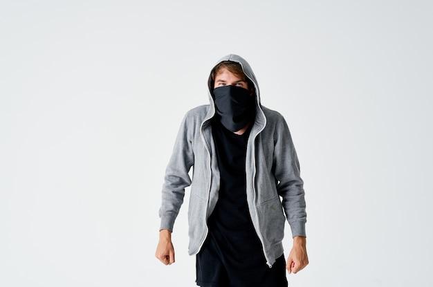 Человек в капюшоне в маске кража со взломом анонимность преступление