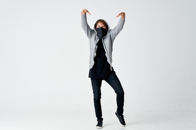 Мужчина в капюшоне с маской скрывает лицо хулигана анонимность кражи
