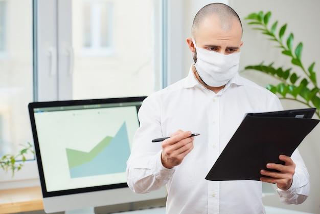 コロナウイルス(covid-19)に対する医療用フェイスマスクをした男