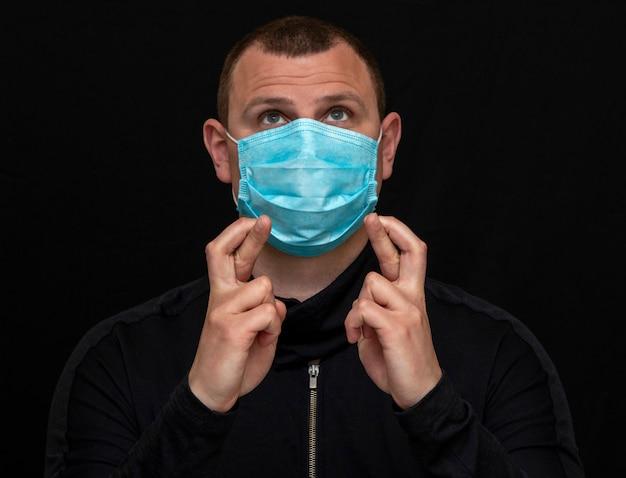 Человек в медицинской маске заботится о своем здоровье