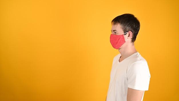 Мужчина в красной маске на желтом
