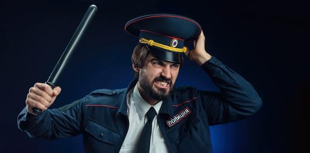 Мужчина в форме российского полицейского с дубинкой перевод на английский язык - police