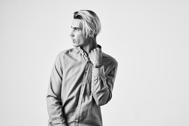 シャツの男ファッショナブルなヘアスタイルスタジオ白黒写真