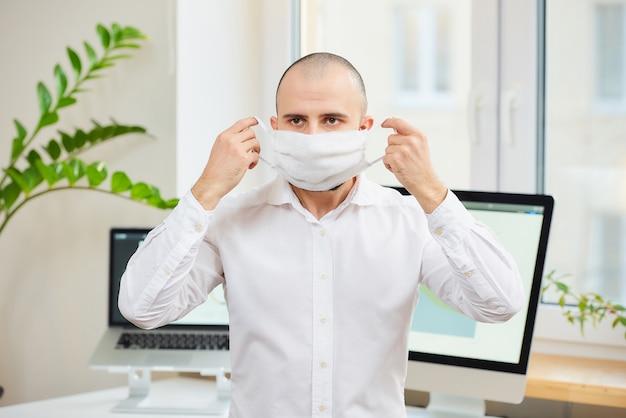 의료 얼굴 마스크를 벗고 셔츠에 남자