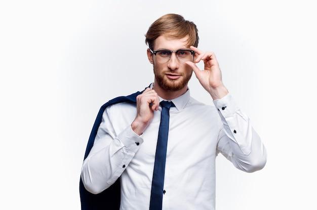 Мужчина в рубашке с курткой в руках менеджер финансового отдела