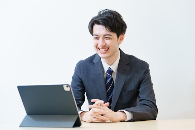 편안한 표정으로 온라인 인터뷰, 회의 또는 회의에 참석하는 정장 차림의 남자