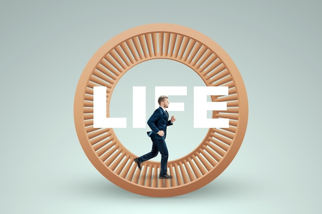 양복 입은 남자가 햄스터 바퀴에서 달린다. 노예, 삶, 사업, 조작, 통제로부터의 해방의 개념.