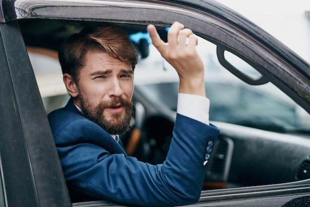 양복을 입은 남자가 자동차 여행 공식 교통 수단을 타고 걷습니다.
