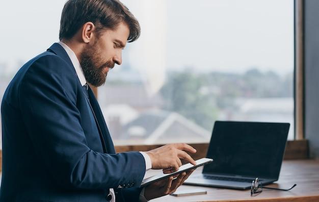 Мужчина в костюме с планшетом в руках офисного чиновника, профессиональных бизнесменов