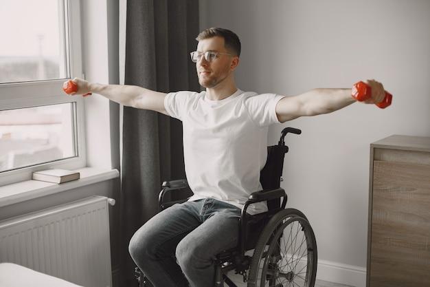 車いすの男性がスポーツをしています。あきらめないで