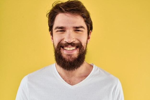 Мужчина в белой футболке жестикулирует изолированными руками