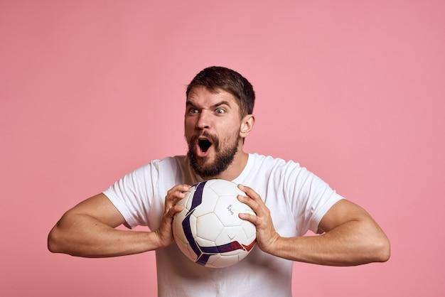 白いtシャツを着た男性がスポーツ、コーチに出かける