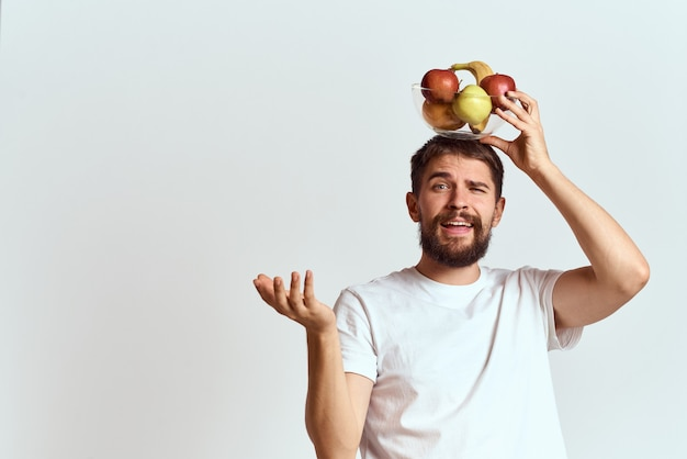 白いtシャツの男ビタミンフルーツダイエット菜食主義者。高品質の写真