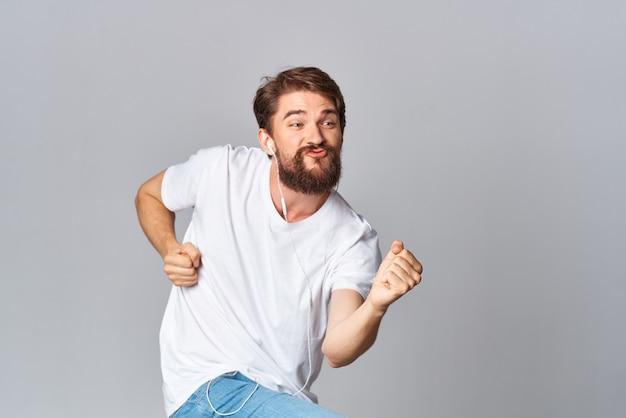 彼の手で白いtシャツのジェスチャーの男感情モーションスタジオ明るい背景
