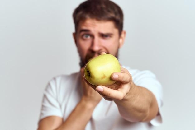 白いtシャツの男ビタミンフルーツダイエット菜食主義者