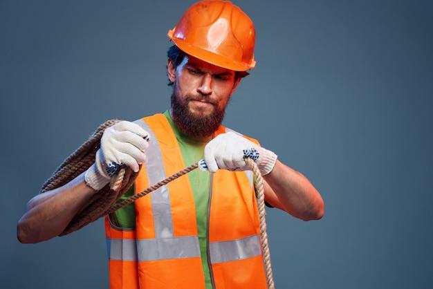 作業服の建設セキュリティの専門家の男