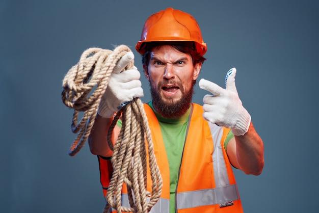 手にロープを持った作業服を着た男感情構築
