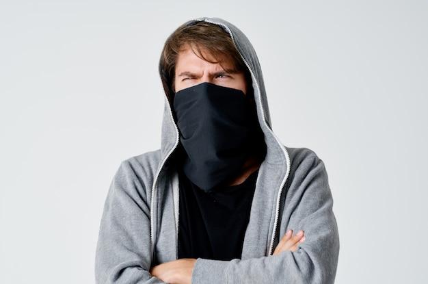 Мужчина в балаклаве с капюшоном анонимность воровство опрятность к преступлению