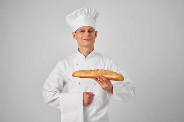 Мужчина в одежде повара держит профессионального пекаря