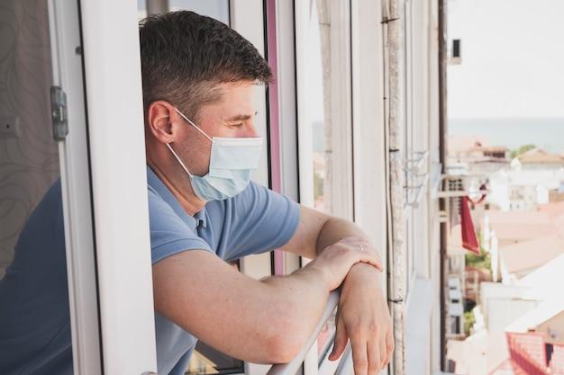 감기에 걸린 남자 마스크를 쓴 남자의 얼굴을 클로즈업한 의료 마스크를 쓴 남자
