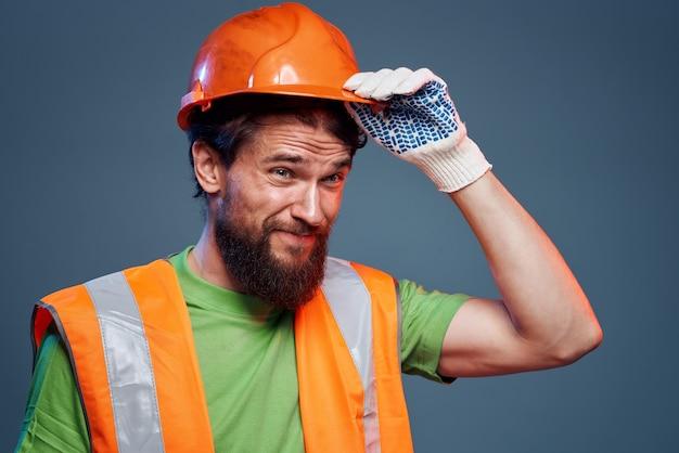 주황색 페인트를 입은 남자. 건축업자의 노력. 고품질 사진