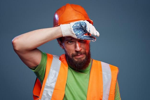 주황색 페인트를 입은 남자. 건축업자의 노력